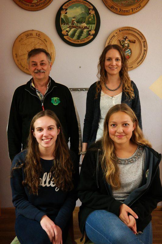 vorne: Lena Aderbauer und Theresa Kögl hinten: Franz Freisl und Verena Maier